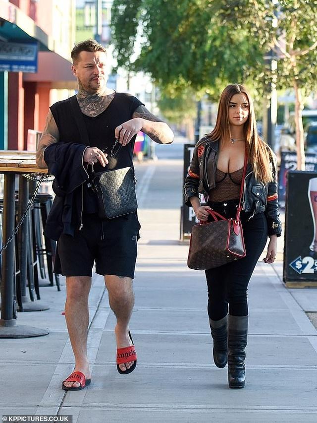 Demi Rose khoe ngực ngoại cỡ trên phố - 6