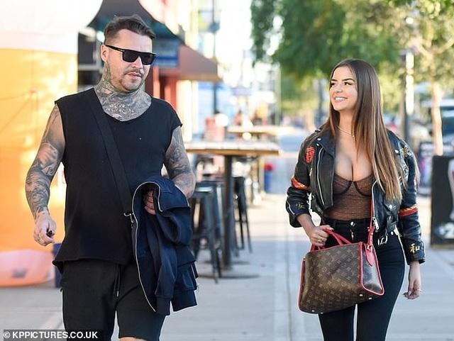 Demi Rose khoe ngực ngoại cỡ trên phố - 5