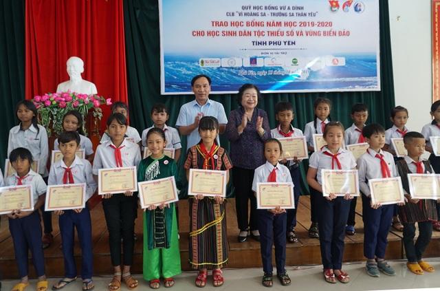Trao 110 suất học bổng cho học sinh nghèo hiếu học ở Phú Yên - 2