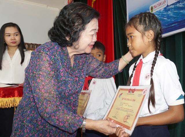 Trao 110 suất học bổng cho học sinh nghèo hiếu học ở Phú Yên - 1