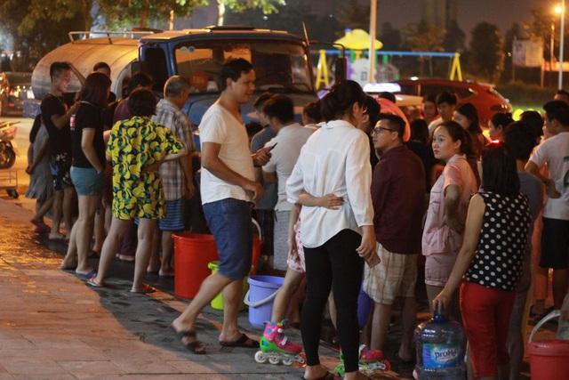 Người dân Hà Nội mang xô chậu, xếp hàng lúc nửa đêm lấy nước sạch miễn phí - 2