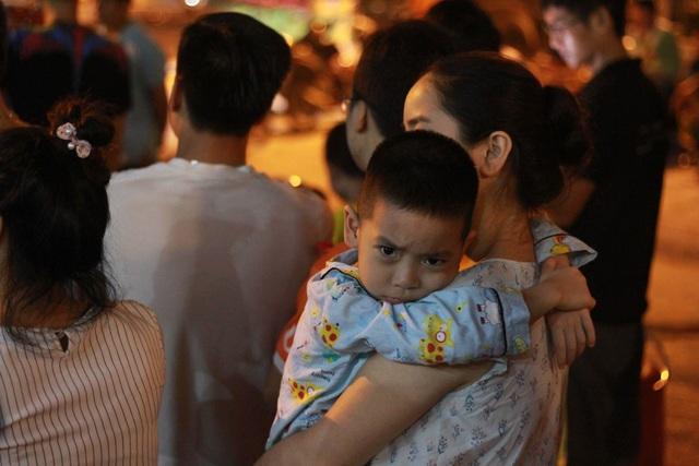 Người dân Hà Nội mang xô chậu, xếp hàng lúc nửa đêm lấy nước sạch miễn phí - 7