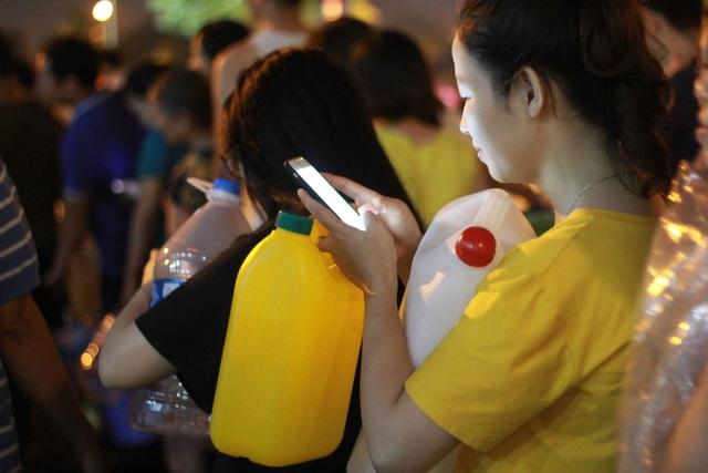 Người dân Hà Nội mang xô chậu, xếp hàng lúc nửa đêm lấy nước sạch miễn phí - 6