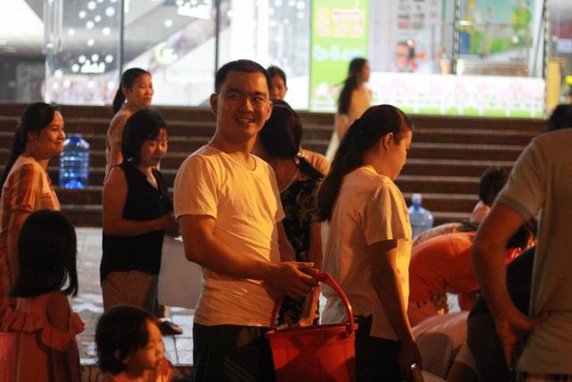 Người dân Hà Nội mang xô chậu, xếp hàng lúc nửa đêm lấy nước sạch miễn phí - 4