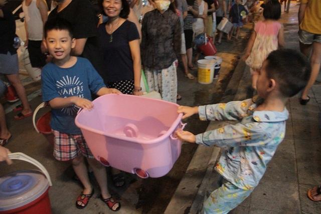 Người dân Hà Nội mang xô chậu, xếp hàng lúc nửa đêm lấy nước sạch miễn phí - 8