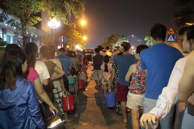 Người dân Hà Nội mang xô chậu, xếp hàng lúc nửa đêm lấy nước sạch miễn phí - 16