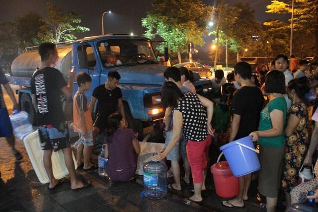 Người dân Hà Nội mang xô chậu, xếp hàng lúc nửa đêm lấy nước sạch miễn phí - 3