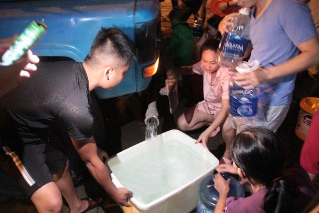 Người dân Hà Nội mang xô chậu, xếp hàng lúc nửa đêm lấy nước sạch miễn phí - 12