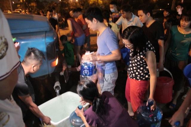 Người dân Hà Nội mang xô chậu, xếp hàng lúc nửa đêm lấy nước sạch miễn phí - 9