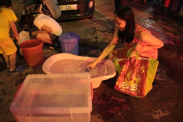 Người dân Hà Nội mang xô chậu, xếp hàng lúc nửa đêm lấy nước sạch miễn phí - 11