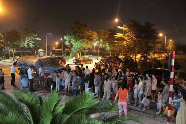 Người dân Hà Nội mang xô chậu, xếp hàng lúc nửa đêm lấy nước sạch miễn phí - 1
