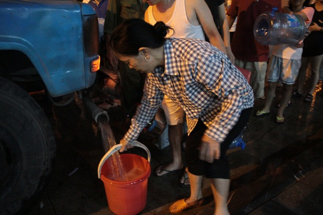 Người dân Hà Nội mang xô chậu, xếp hàng lúc nửa đêm lấy nước sạch miễn phí - 10