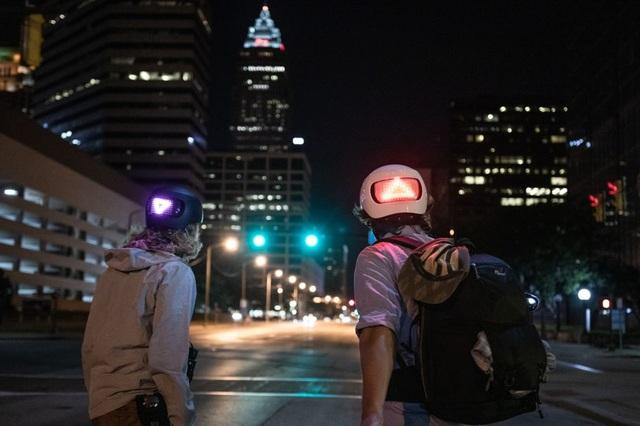 Apple bất ngờ bán mũ bảo hiểm thông minh, tích hợp đèn cảnh báo - 1