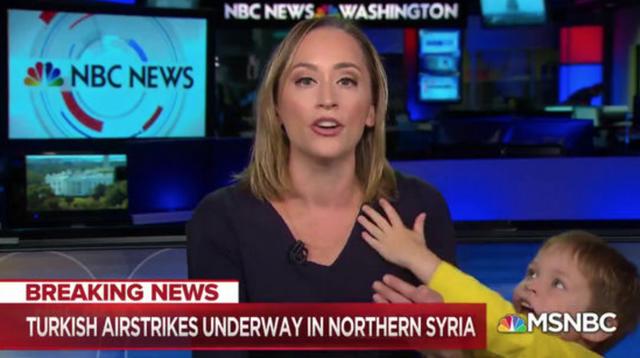 Đẳng cấp nữ phóng viên đang dẫn bản tin trực tiếp thì con trai lọt khung hình - 1