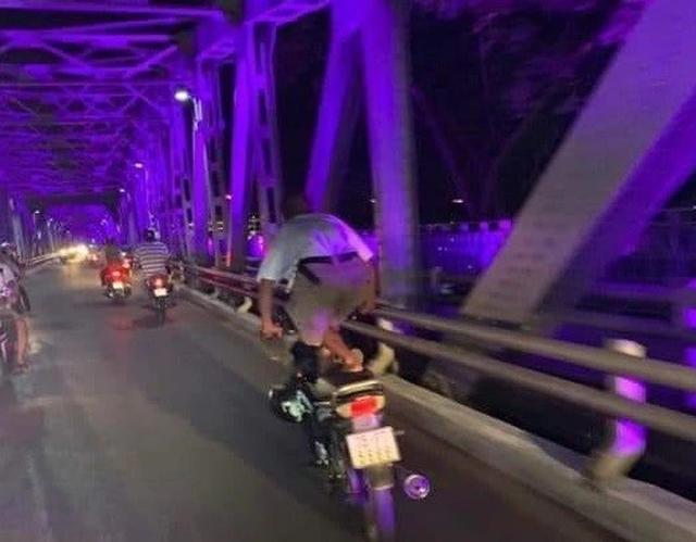 Người đàn ông liên tục đứng lái xe máy, CSGT không thể xử phạt? - 2