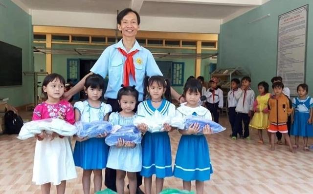 Thầy giáo bán nhang giúp đỡ học sinh khó khăn