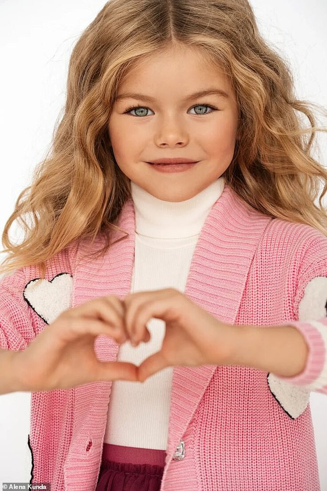"""Bé gái Nga được mệnh danh là """"cô bé xinh đẹp nhất thế giới"""" - 1"""