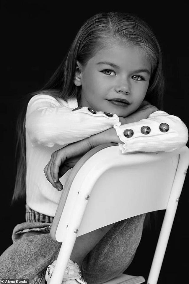 """Bé gái Nga được mệnh danh là """"cô bé xinh đẹp nhất thế giới"""" - 9"""