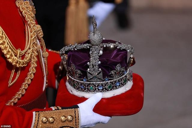 Nữ hoàng Anh phá lệ, không đội vương miện trong sự kiện quan trọng - 5