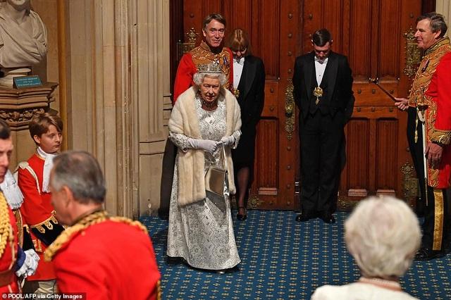 Nữ hoàng Anh phá lệ, không đội vương miện trong sự kiện quan trọng - 4