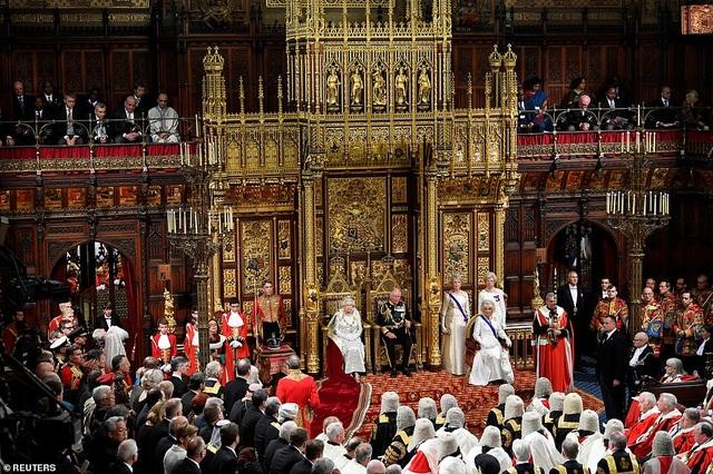 Nữ hoàng Anh phá lệ, không đội vương miện trong sự kiện quan trọng - 3