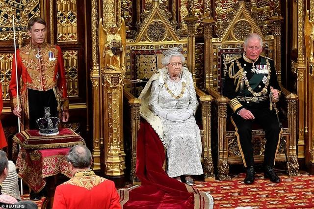 Nữ hoàng Anh phá lệ, không đội vương miện trong sự kiện quan trọng - 1