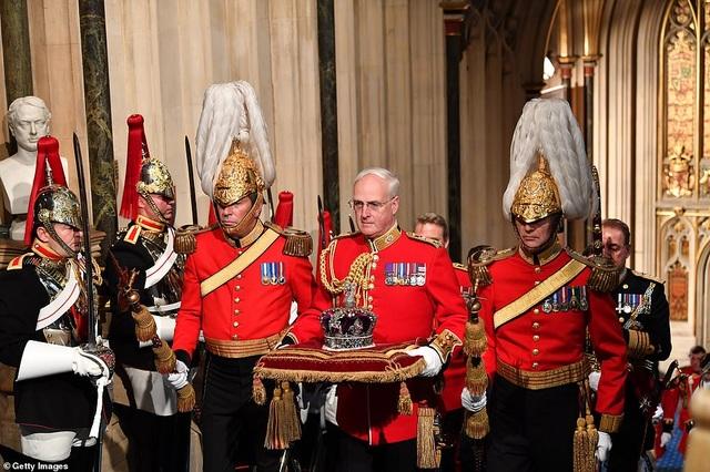 Nữ hoàng Anh phá lệ, không đội vương miện trong sự kiện quan trọng - 2