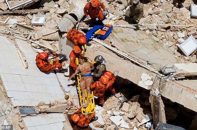 Khoảnh khắc tòa nhà Brazil đổ sập, nhiều người kẹt trong đống đổ nát - 2