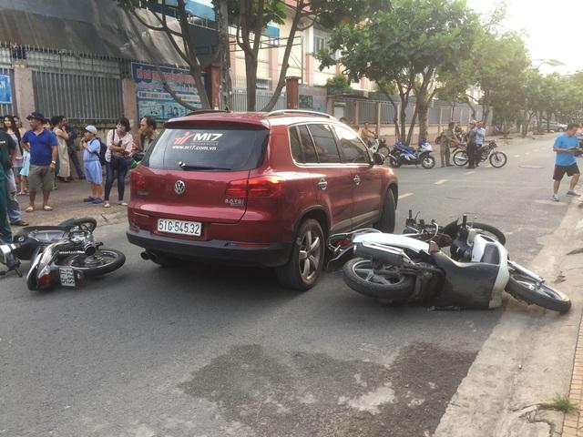 Người phụ nữ lái ô tô tông nhiều xe máy trước cổng trường tiểu học - 1