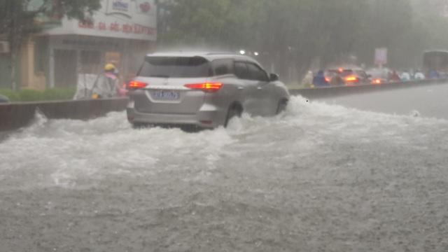 Mưa như trút, nước dâng cao cả mét, thành Vinh thất thủ - 3