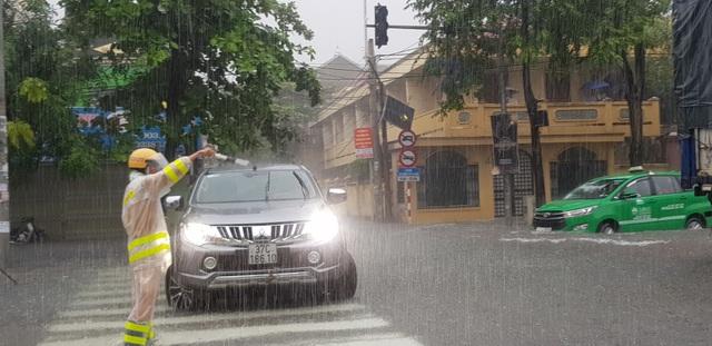 Mưa như trút, nước dâng cao cả mét, thành Vinh thất thủ - 8