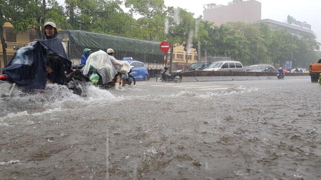 Mưa như trút, nước dâng cao cả mét, thành Vinh thất thủ - 4