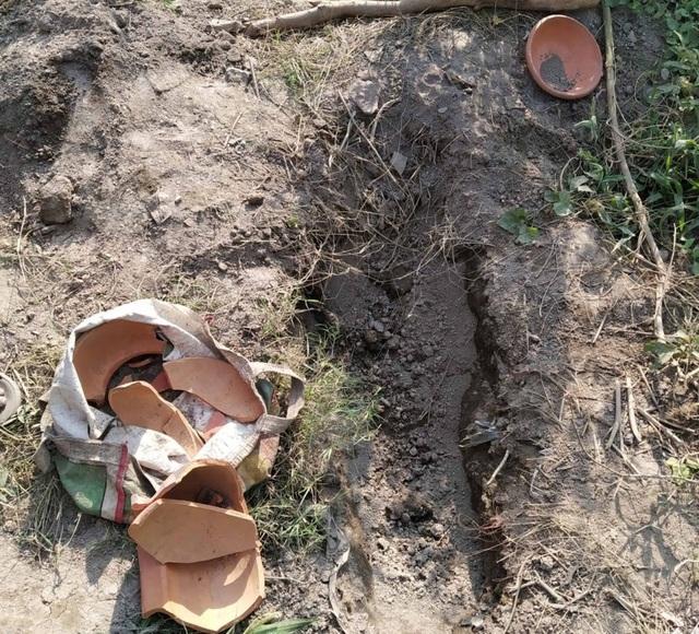 Ấn Độ: Đào mộ chôn con gái mới mất, tá hỏa phát hiện tiếng người khóc ở độ sâu một mét - 1