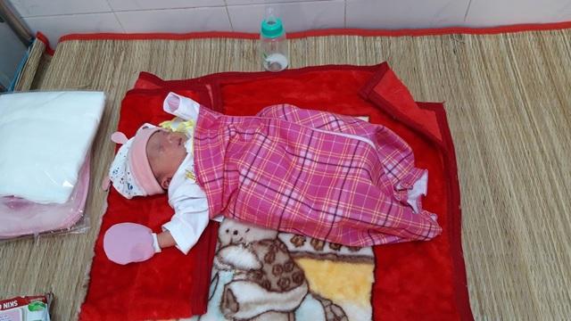 Vĩnh Long: Bé gái sơ sinh bị bỏ rơi dưới chân tượng phật - 1