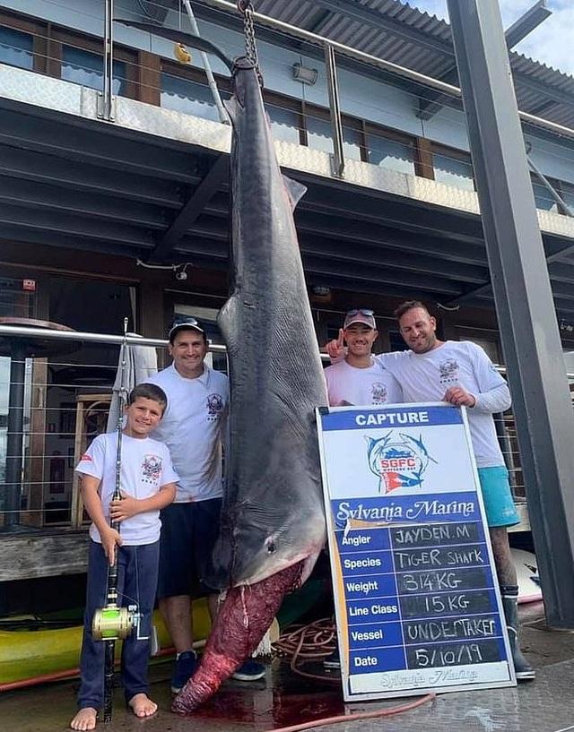 Nhóc 8 tuổi câu được cá mập khủng nặng 314 kg, phá kỷ lục thế giới - 2