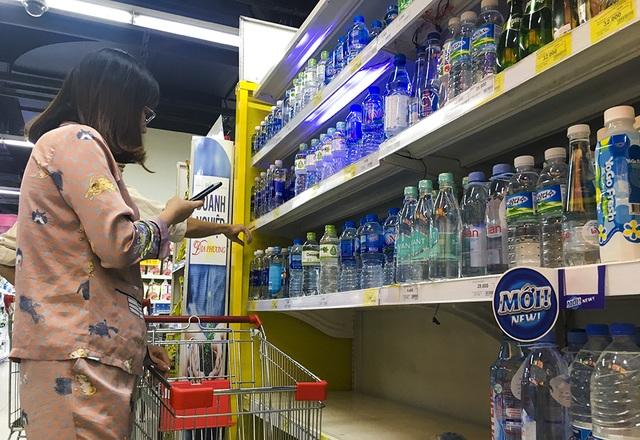 Hà Nội: Người dân ùn ùn đi mua nước đóng chai ở siêu thị - 6