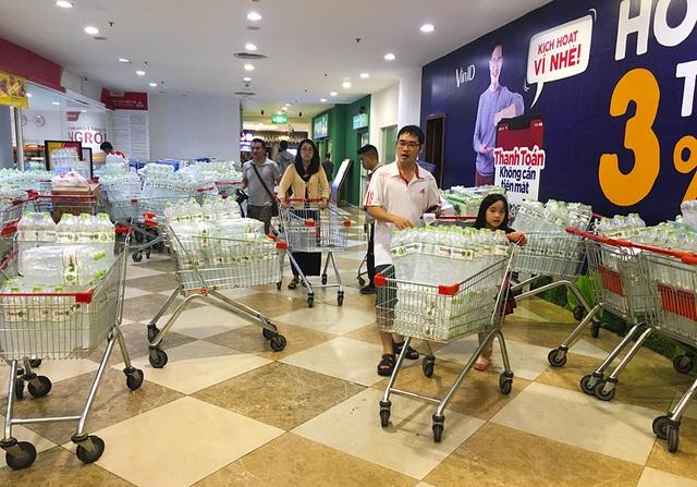 Hà Nội: Người dân ùn ùn đi mua nước đóng chai ở siêu thị - 13