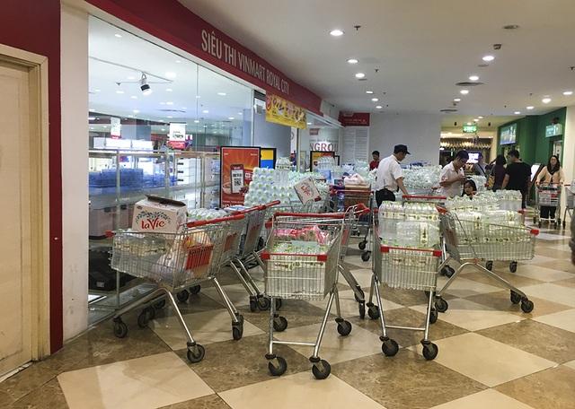 Hà Nội: Người dân ùn ùn đi mua nước đóng chai ở siêu thị - 1
