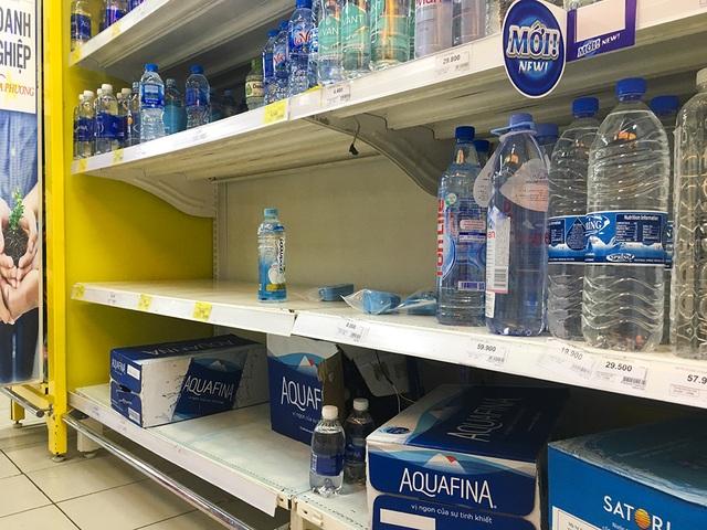 Hà Nội: Người dân ùn ùn đi mua nước đóng chai ở siêu thị - 7