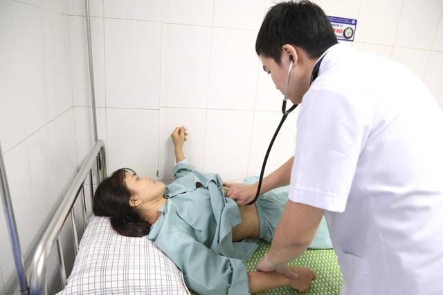 Đi khám vì sốt, người phụ nữ bàng hoàng phát hiện trái tim nằm trong ngực phải - 1