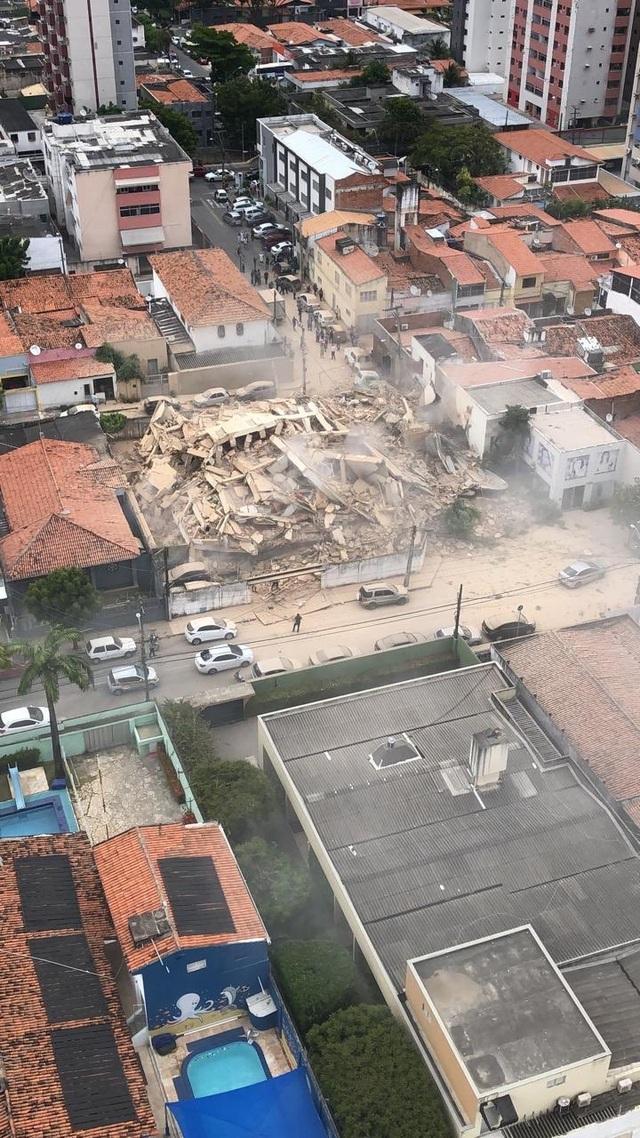 Khoảnh khắc tòa nhà Brazil đổ sập, nhiều người kẹt trong đống đổ nát - 5