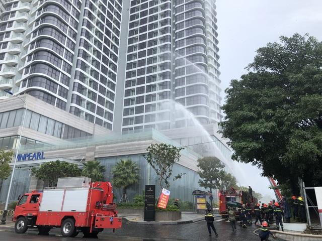Tình huống giả định là tai nạn cháy, nổ xảy ra tại khu tổ hợp trung tâm thương mại và chung cư cao tầng gần cầu Sông Hàn