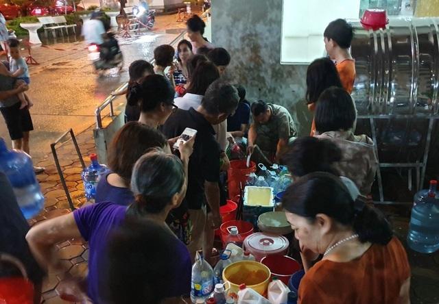 Dân Hà Nội xếp hàng nhiều giờ trong đêm, chờ đong từng chai nước về dùng - 12