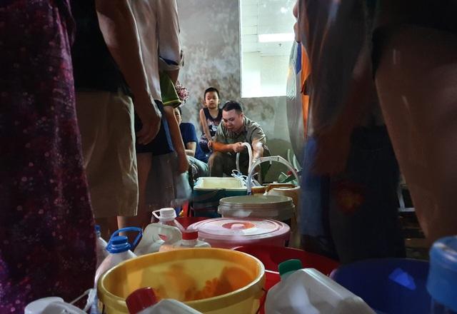 Dân Hà Nội xếp hàng nhiều giờ trong đêm, chờ đong từng chai nước về dùng - 2