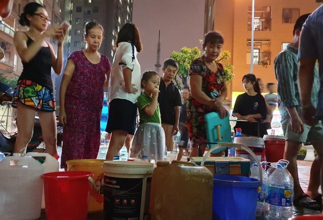 Dân Hà Nội xếp hàng nhiều giờ trong đêm, chờ đong từng chai nước về dùng - 8