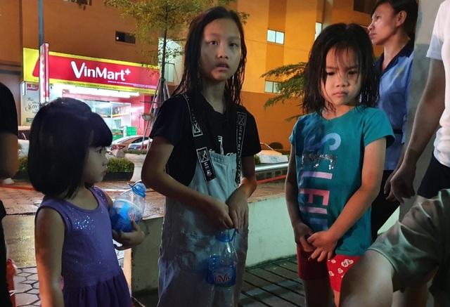 Dân Hà Nội xếp hàng nhiều giờ trong đêm, chờ đong từng chai nước về dùng - 7