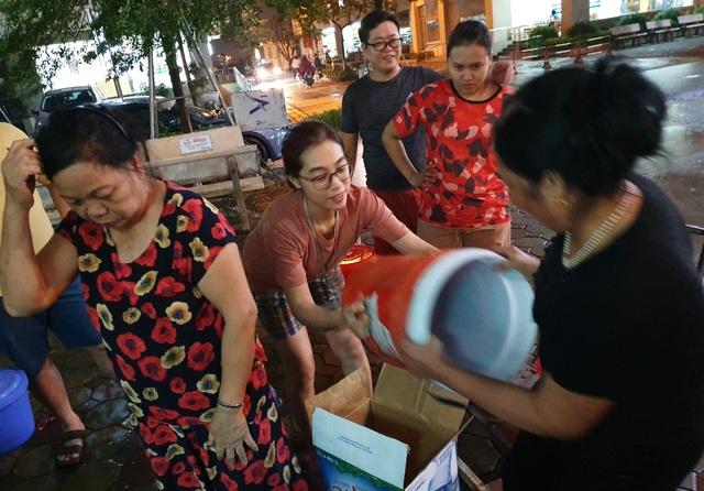 Dân Hà Nội xếp hàng nhiều giờ trong đêm, chờ đong từng chai nước về dùng - 9