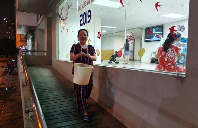 Dân Hà Nội xếp hàng nhiều giờ trong đêm, chờ đong từng chai nước về dùng - 6
