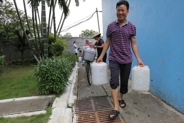 Người dân Hà Nội kẽo kẹt xe kéo đi lấy nước - 12