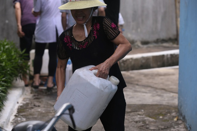 Người dân Hà Nội kẽo kẹt xe kéo đi lấy nước - 11